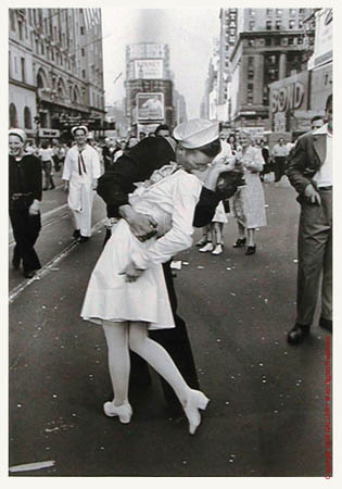 The nurse who was grabbed by sailor and kissed in this iconic pic dies aged 92. Eisenstaedt_alfred_m2_vj_day_lasiter_16x20_l
