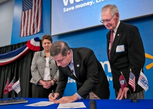 Nov. 12, 2012 -- Jessica L. Wright, Acting Principal Deputy Under Secretary of Defense for Personnel and Readiness, and Major General Retired Don C. Morrow, Arkansas Employer Support of the Guard and Reserve State Chairman look on as Bill Simon, president and CEO Walmart U.S., signs a Statement of Support with ESGR, reaffirming Walmart's commitment to employing members of the Guard and Reserve. The signing ceremony was one of 10 held nationwide. Photo credit: Walmart.com