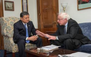 VA Secretary Eric Shinseki (L) with Sen. Bernie Sanders (R), chairman of the Senate Committee on Veterans' Affairs.